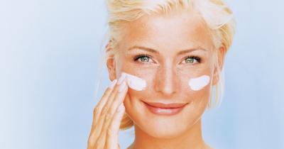 Manchas oscuras en la piel: Qué son y remedios